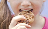 O mero ato de levar à boca alimento industrializado com corpo estranho gera dano moral in re ipsa